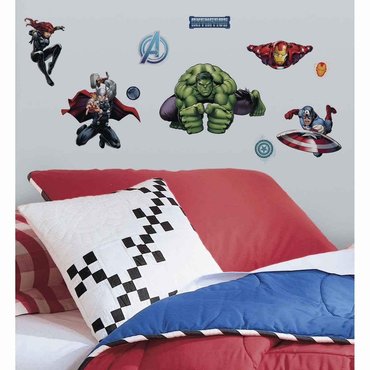 RoomMates Наклейка интерьерная Мстители 28 штRMK2242SCSИнтерьерная наклейка RoomMates Мстители обязательно станет украшением вашей квартиры. Новый яркий набор наклеек для декора оценит каждый любитель классических комиксов от студии Марвел! Наклейки, входящие в набор, содержат изображения Капитана Америки, Железного Человека, Халка, Тора, Черной Вдовы и других героев знаменитых комиксов. Всего в наборе 28 стикеров. Наклейки не нужно вырезать - их следует просто отсоединить от защитного слоя и поместить на стену или любую другую плоскую гладкую поверхность. Наклейки многоразовые: их легко переклеивать и снимать со стены, они не оставляют липких следов на поверхности. В каждой индивидуальной упаковке вы можете найти 4 листа с различными наклейками!