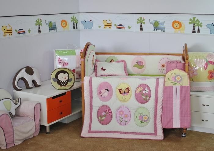 Набор для детской кровати Arya GardenF0007611Плед Arya серии Детский создан из микрофибры, украшен вышивкой и аппликацией. Микрофибра - это материал высочайшего качества, изготовленный из сложных микроволокон, который по ощущениям напоминает велюр и является невероятно мягким. Ткань из микрофибры - дышащая, очень устойчива к загрязнениям и пятнам. Долго сохраняет свой высококачественный внешний вид и мягкость. Радостные аппликации и вышивка создадут уютный дизайн в детской. Компания Arya- производитель пледа, является признанным турецким лидером на рынке постельных принадлежностей и текстиля для дома. Поэтому вы можете быть уверены, что приобретенные текстильные изделия доставит вам и вашим близким удовольствие.