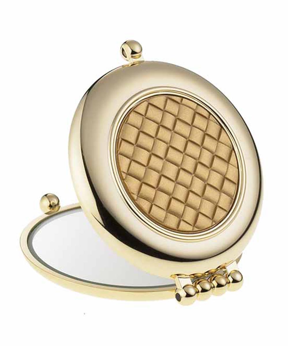 Janeke Зеркало для сумки D65, AU484.3T4.12-635Марка Janeke – мировой лидер по производству расчесок, щеток, маникюрных принадлежностей, зеркал и косметичек. Марка Janeke, основанная в 1830 году, вот уже почти 180 лет поддерживает непревзойденное качество своей продукции, сочетая новейшие технологии с традициями ста- рых миланских мастеров. Все изделия на 80% производятся вручную, а инновационные технологии и современные материалы делают продукцию марки поистине уникальной. Стильный и эргономичный дизайн, яркие цветовые решения – все это приносит истин- ное удовольствие от использования аксессуаров Janeke. Компактные зеркала Janeke имеют линзы с обычным и трехкратным увеличением, которые позволяют быстро и легко поправить макияж в дороге. А благодаря стильному дизайну и миниатюрному размеру компактное зеркало Janeke станет любимым аксессуаром любой женщины.
