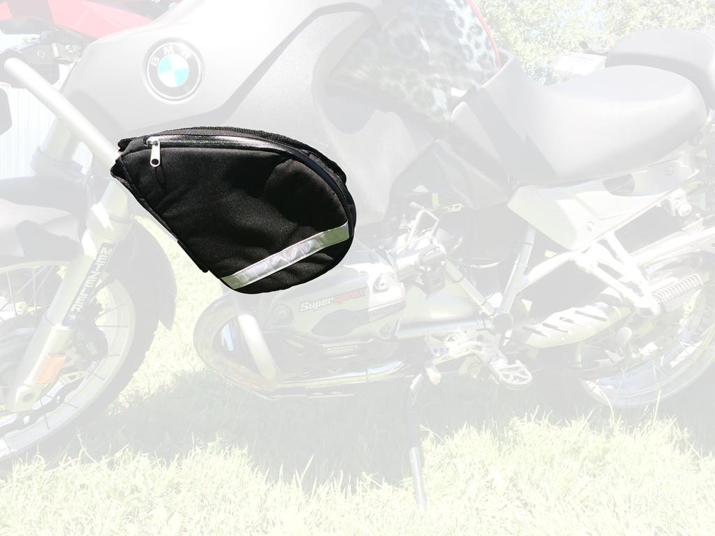 Сумка на дуги AG-brand, правая, цвет: черныйAG-BMW-MC-BARСумка предназначена для перевозки мелких предметов, необходимых в дороге. Крепится на защитные дуги при помощи липучки. Материал сумки - Оксфорд 600, стенки усилены антиударными вставками из полимерного листа 10мм. Молния влагонепроницаемая. Внутри сумки имеется дополнительный карман для бумаг и карточек. Светоотражающий кант и полоса улучшают видимость в темное время суток.