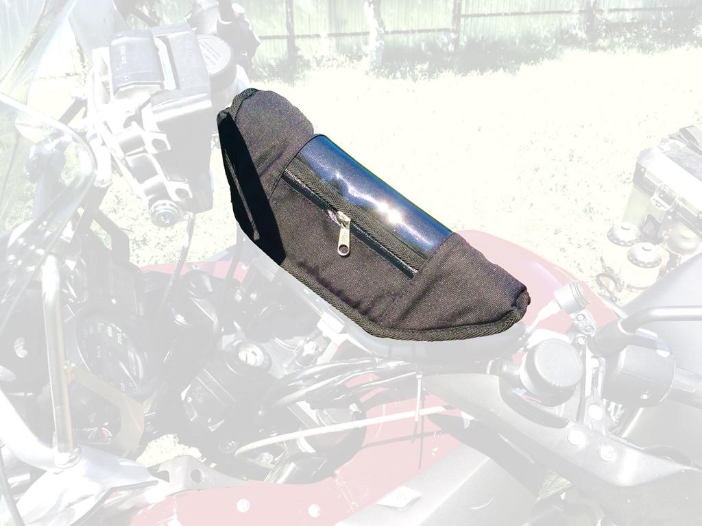 Сумка AG-brand на руль BMW, цвет: черныйAG-BMW-MC-BWНезаменимая вещь для хранения мелочей. Телефон, ключи, ручки, навигатор и пр. Крепится на руль при помощи липучки и стропы. Прозрачный карман на крышке сумки позволяет пользоватся навигатором во время поздки не вынимая его. Материал сумки - Оксфорд 600, стенки усилены антиударными вставками из полимерного листа 10мм. Молния влагонепроницаемая. Внутри сумки одно большое отделение, карман на молнии и кармашки для ручек, визиток.