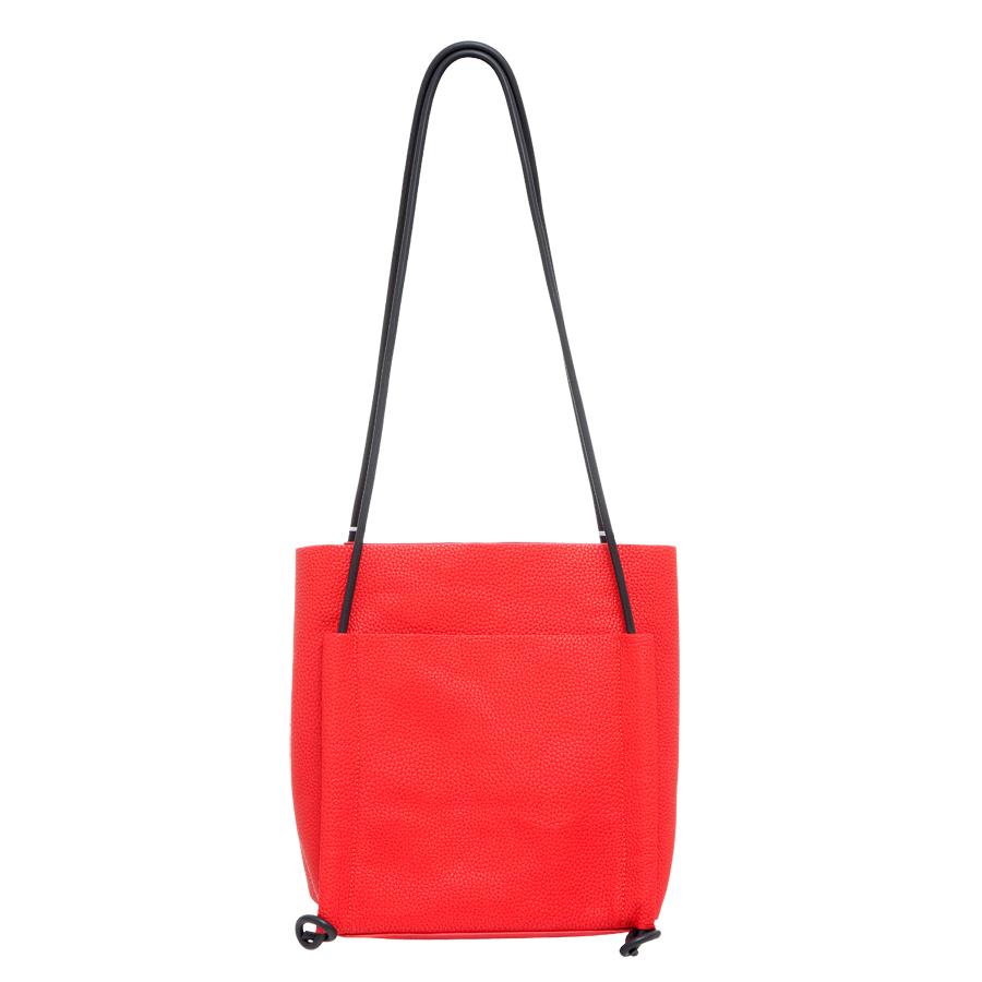 Сумка женская OrsOro, цвет: красный. D-220/133-47670-00504Практичная сумка OrsOro выполнена из искусственной кожи с зернистой фактурой. Внутренний объем позволяет вместить в аксессуар все необходимое. Модель имеет одно основное отделение и одно съемное, которое закрывается на застежку-молнию и может использоваться как самостоятельная сумочка-косметичка. Внутри съемного отделения имеется прорезной кармашек на застежке-молнии и накладной карман для телефона и разных мелочей. Снаружи сумка оснащена накладными карманами - на передней и задней сторонах. Лаконичный цвет и простая форма помогут этой сумочке вписаться даже в самый сложный и продуманный гардероб.