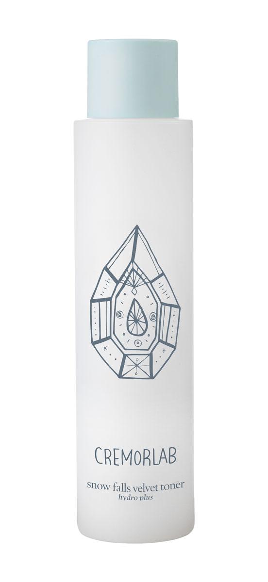 Cremorlab Hydro Plus Интенсивно увлажняющий тоник с экстрактом эдельвейса Snow Falls Velvet Toner, 150 мл61256Высокоэффективная увлажняющая формула тоника, в которой природная минеральная вода обогащенная экстрактом эдельвейса и гиалуроновой кислотой, интенсивно увлажняет глубокие слои кожи. Средство обладает выраженным эффектом ревитализации, а также эффективно успокаивает раздраженную и покрасневшую кожу. Морской коллаген активизирует клеточный метаболизм, эффективно замедляет процессы старения, насыщает кожу жизненной энергией. После нанесения тоник не оставляет пленки и ощущение липкости, а уникальная комбинация активных компонентов доставляет их в самые глубокие слои кожи и усиливает действие средств последующего ухода. Не содержит парабенов, спиртов, искусственных красителей, PABA, талька, вазелина, бензофенона и сульфатов. Подходит для всех типов и состояний кожи. Объем: 150 мл