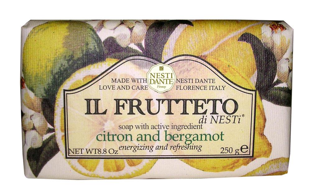 Мыло Nesti Dante Il Frutteto. Лимон и бергамот, 250 г1092018Великолепное растительное мыло премиум-класса Nesti Dante Il Frutteto. Лимон и бергамот, созданное из выращенных на солнце драгоценных плодов флорентийского сада. Мыловары Nesti Dante воплотили в новой линии чудесные ароматы провинции Тоскана, сохранив высокие стандарты совершенства, которыми славится натуральное растительное мыло. Два специально собранных букета, выражающие их страсть к мыловарению. Они бережно отбирали самые романтичные и эмоциональные ароматы региона Тоскана, вложив их в самое сердце новой линии мыла. Свежий цитрусовый аромат бергамота с пряными нотами, нежный и изысканный аромат которого подходит и для мужчин и для женщин, в сочетании с легким и прохладным ароматом лимона, повышает настроение и оказывает бодрящее действие.Изысканная флорентийская бумага, в которую завернуто мыло, расписана акварелью, на каждом кусочке мыла выгравирована надпись With Love And Care (С любовю и заботой). Характеристики:Вес: 250 г. Производитель: Италия. Товар сертифицирован. Nesti Dante - одна из немногих итальянских мыловаренных фабрик, которая продолжает использовать в производстве только натуральные ингредиенты и кустарный способ производства. Тщательный выбор каждого ингредиента в отдельности позволяет использовать ценное сырье, такое как цельные нейтральные растительные и животные жиры и эти качественные материалы позволяют получать более обогащенное и более мягкое мыло благодаря присутствию фракции глицерида в жирах.