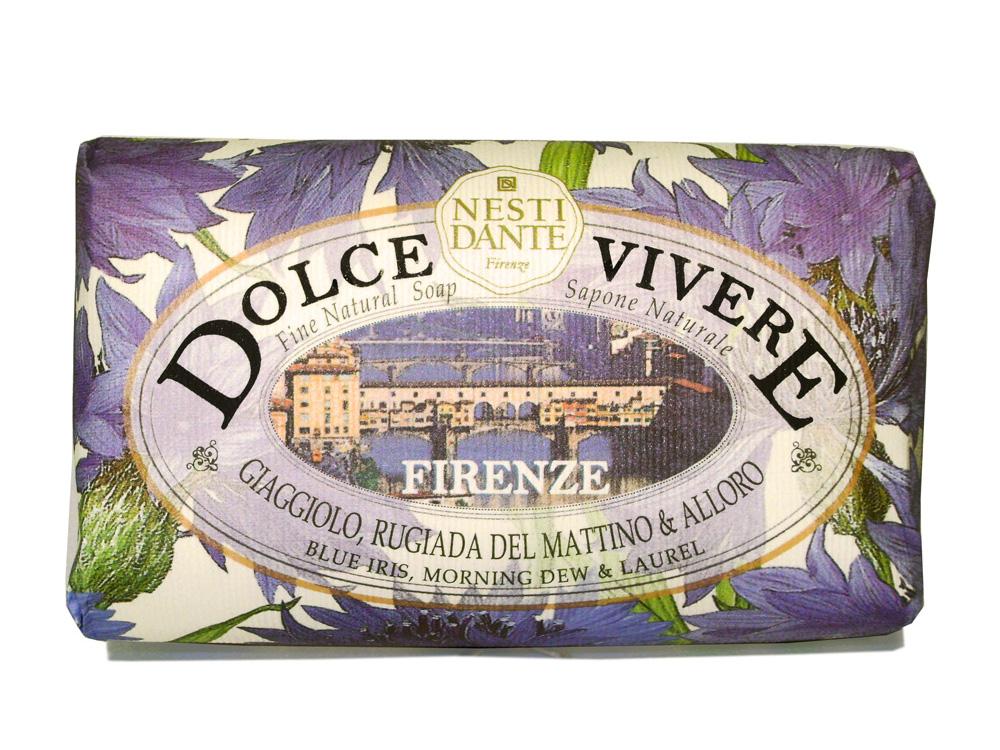 Мыло Nesti Dante Dolce Vivere. Флоренция, 250 гVT 71_розовый, зелёный/кошкаВеликолепное растительное мыло премиум-класса Nesti Dante Dolce Vivere. Флоренция изготовлено по старинным рецептам и по традиционной котловой технологии, в составе мыла только натуральные оливковое и пальмовое масло высочайшего качества, для ароматизации использованы органические эфирные масла. Мыло Dolce Vivere переносит вас в самые очаровательные места Италии, прекрасные и вдохновляющие виды заливов, городов и деревень, полных очарования, культуры и истории.Флоренция - чувственность, нега и красота. Чувственные ноты голубого ириса, утреней росы и жизненная сила лавра, создают легкий игристый аромат.Изысканная флорентийская бумага, в которую завернуто мыло, расписана акварелью, на каждом кусочке мыла выгравирована надпись With Love And Care (С любовю и заботой).Характеристики:Вес: 250 г. Производитель: Италия. Товар сертифицирован. Nesti Dante - одна из немногих итальянских мыловаренных фабрик, которая продолжает использовать в производстве только натуральные ингредиенты и кустарный способ производства. Тщательный выбор каждого ингредиента в отдельности позволяет использовать ценное сырье, такое как цельные нейтральные растительные и животные жиры и эти качественные материалы позволяют получать более обогащенное и более мягкое мыло благодаря присутствию фракции глицерида в жирах.