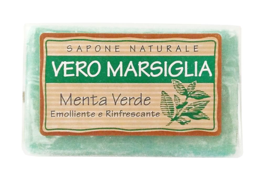 Мыло Nesti Dante Vero Marsiglia. Зеленая мята, 150 г1932124Великолепное растительное мыло Nesti Dante Vero Marsiglia. Зеленая мята изготовлено по старинным рецептам и по традиционной котловой технологии, в составе мыла только натуральные оливковое и пальмовое масло высочайшего качества, для ароматизации использованы органические эфирные масла. Ежедневный ритуал красоты, любви и заботы не только для тела, но и для души. Vero Marsiglia - линия классического мыла создана для традиционного ухода за кожей. Мыло Зеленая мята содержит натуральные экстракты мяты, отлично освежающие вашу кожу. Характеристики: Вес: 150 г. Производитель: Италия. Товар сертифицирован. Nesti Dante - одна из немногих итальянских мыловаренных фабрик, которая продолжает использовать в производстве только натуральные ингредиенты и кустарный способ производства. Тщательный выбор каждого ингредиента в отдельности позволяет использовать ценное сырье, такое как цельные нейтральные растительные и...