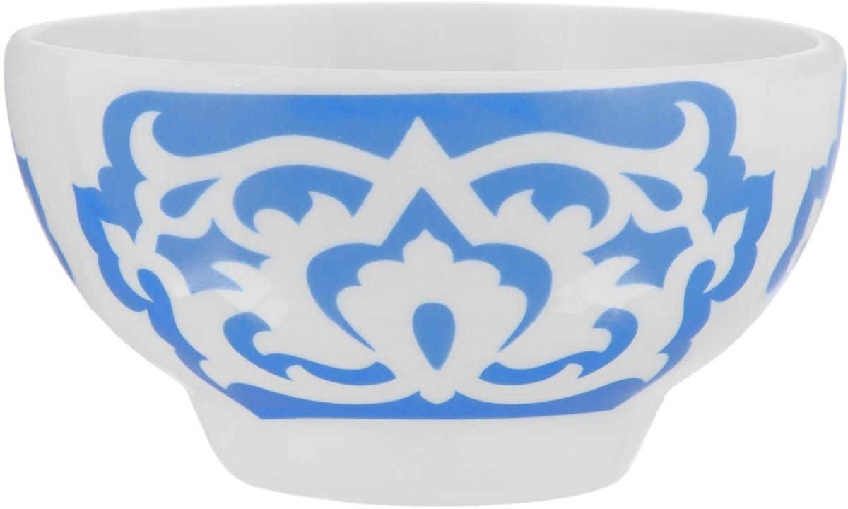 Пиала Азия, цвет: белый, синий, 250 мл508050Пиала Азия гармонично впишется в интерьер любой кухни. Изделие, выполненное из высококачественного фарфора, оформлено замысловатым орнаментом. Такая пиала прекрасно подойдет для подачи салата или мороженого. Она станет бесспорным украшением праздничного или обеденного стола. Пиала Азия дополнит коллекцию кухонной посуды и будет служить долгие годы. Диаметр пиалы (по верхнему краю): 10,7 см. Высота стенки пиалы: 5,9 см.