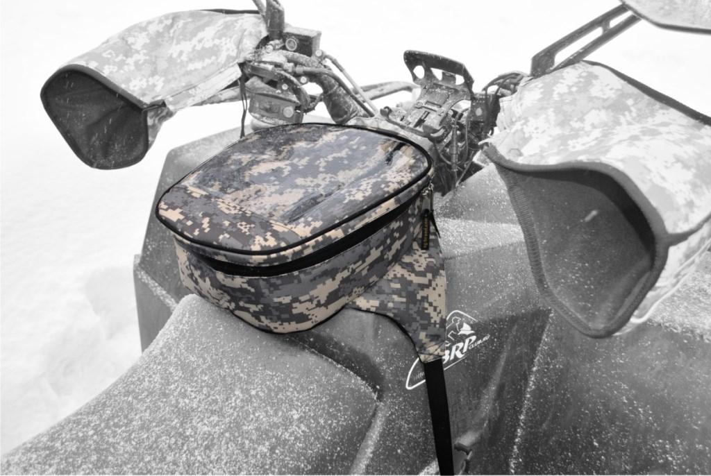 Сумка на бак снегохода AG-brand универсальная, цвет: серый пиксельAG-YAM-SMB-Uni-GPУниверсальная сумка на бак подходит для большинства моделей снегоходов. Сумка на бак снегохода закрывается водонепроницаемой молнией, имеет прозрачный карман на лицевой поверхности изготовленный из плотной морозостойкой пленки. Карман удобен для использования карты, навигатора, телефона и т.д. Сумка изготовлена из водонепроницаемой ткани. Крепится на топливный бак при помощи фастексов с регулировкой стропы.