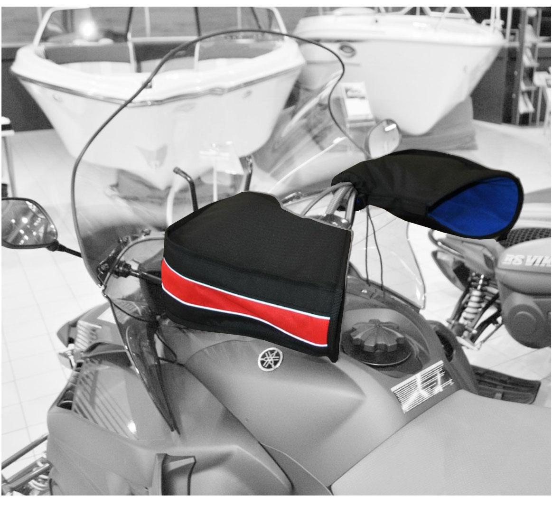 Рукавицы универсальные AG-brand для снегохода и квадроцикла, цвет: черный, красныйAG-Uni-ATV/SMB-Mittens-BL/RРукавицы позволяют защитить руки от холода, сырости и ветра. Трехслойная структура рукавиц (ткань, утеплитель, флис) поддерживает комфортный микроклимат внутри. В сочетании с электроподогревом рукояток эффект усиливается. Рукавицы легко крепятся на руль при помощи липучки и утягивающего шнурка с фиксатором. На рукавицах имеется светоотражающий кант.