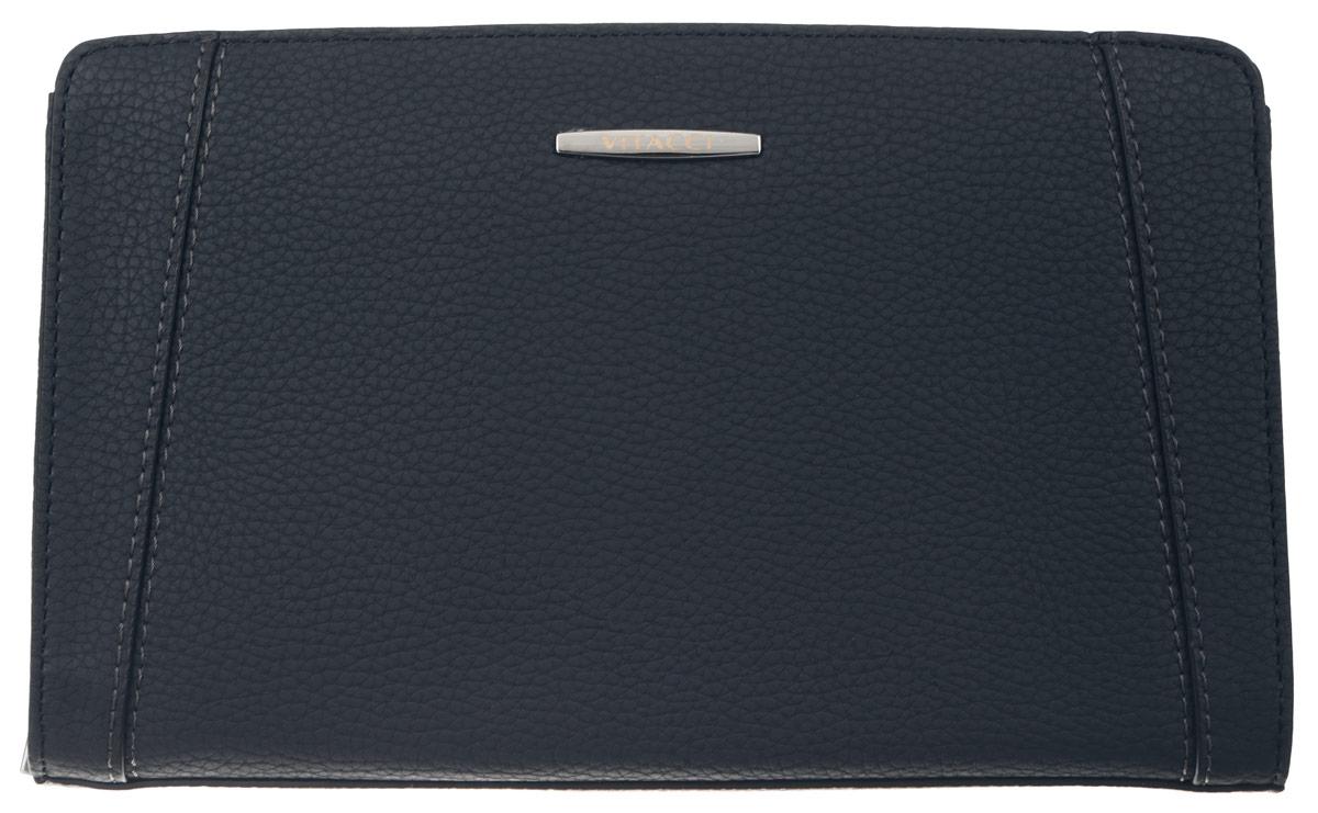 Сумка мужская Vitacci, цвет: темно-синий. MW050MW050Мужская сумка Vitacci выполнена из искусственной кожи зернистой фактуры темно-синего цвета. Сумка имеет одно отделение, которое закрывается на замок-молнию. Внутри - врезной карман на молнии, большой накладной карман с шестью отделениями для визиток, глубокий накладной карман на замке-молнии и четыре отдельных накладных кармашка для пластиковых карт и мелких бумаг. Снаружи на задней стенке сумки размещен вшитый карман на молнии. Модель оснащена съемным ремешком на запястье. Сумка декорирована отстрочкой и металлической фурнитурой с символикой бренда. Такая сумка подчеркнет вашу яркую индивидуальность и оригинально дополнит ваш образ.