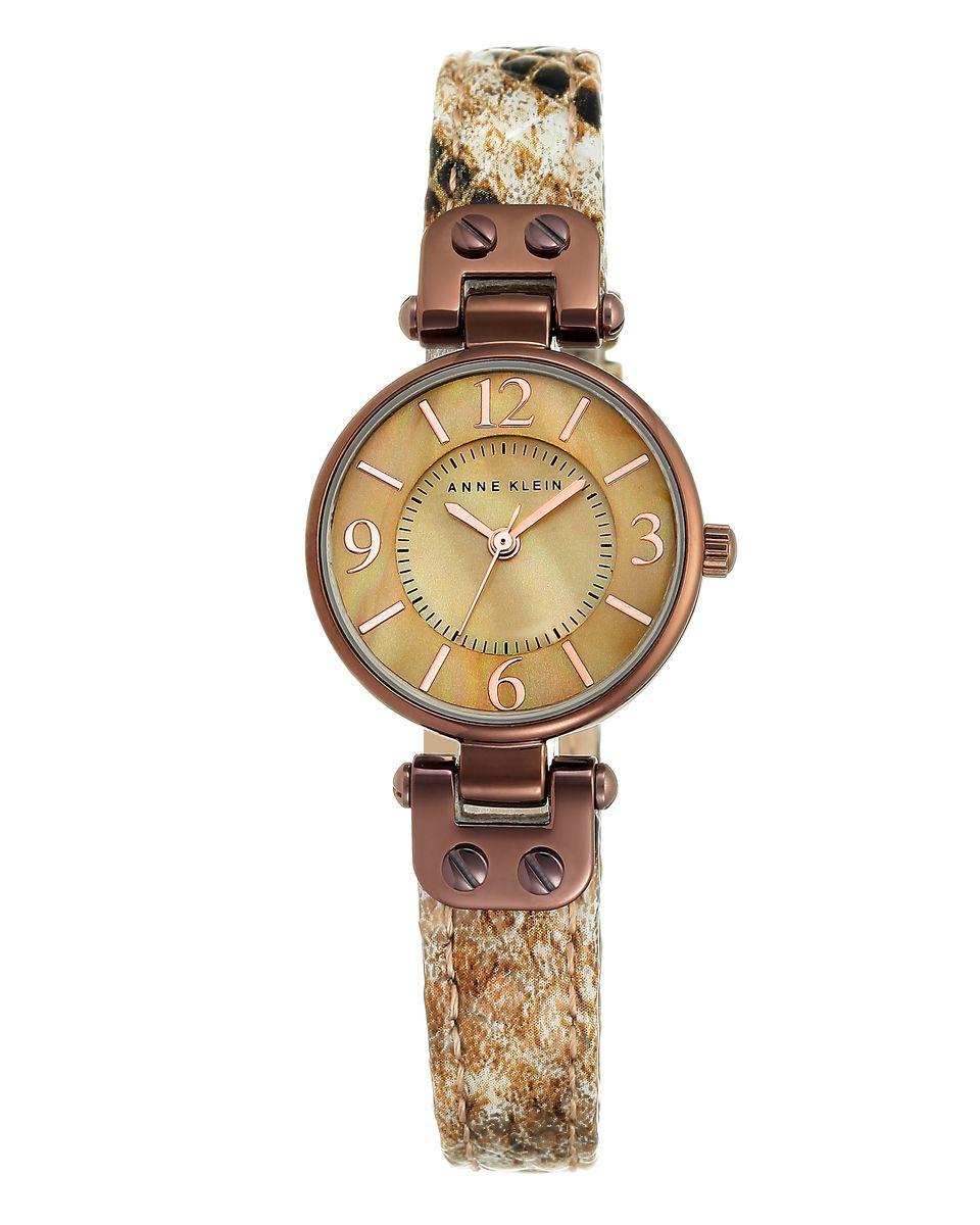 Часы наручные женские Anne Klein Ring, цвет: бежевый. 94439443 TMTNЭлегантные женские часы Anne Klein Ring выполнены из металлического сплава, оформлены символикой бренда. Циферблат украшен вставкой из натурального перламутра. Лаконичный корпус надежно защищен устойчивым к царапинам минеральным стеклом, а также имеет степень влагозащиты 3 Bar. Часы оснащены кварцевым механизмом, дополнены изящным ремешком из натуральной кожи с декоративным тиснением под кожу рептилии. Ремешок застегивается на практичную пряжку. Часы поставляются в фирменной упаковке. Часы Anne Klein Ring подчеркнут изящество женской руки и отменное чувство стиля у их обладательницы.