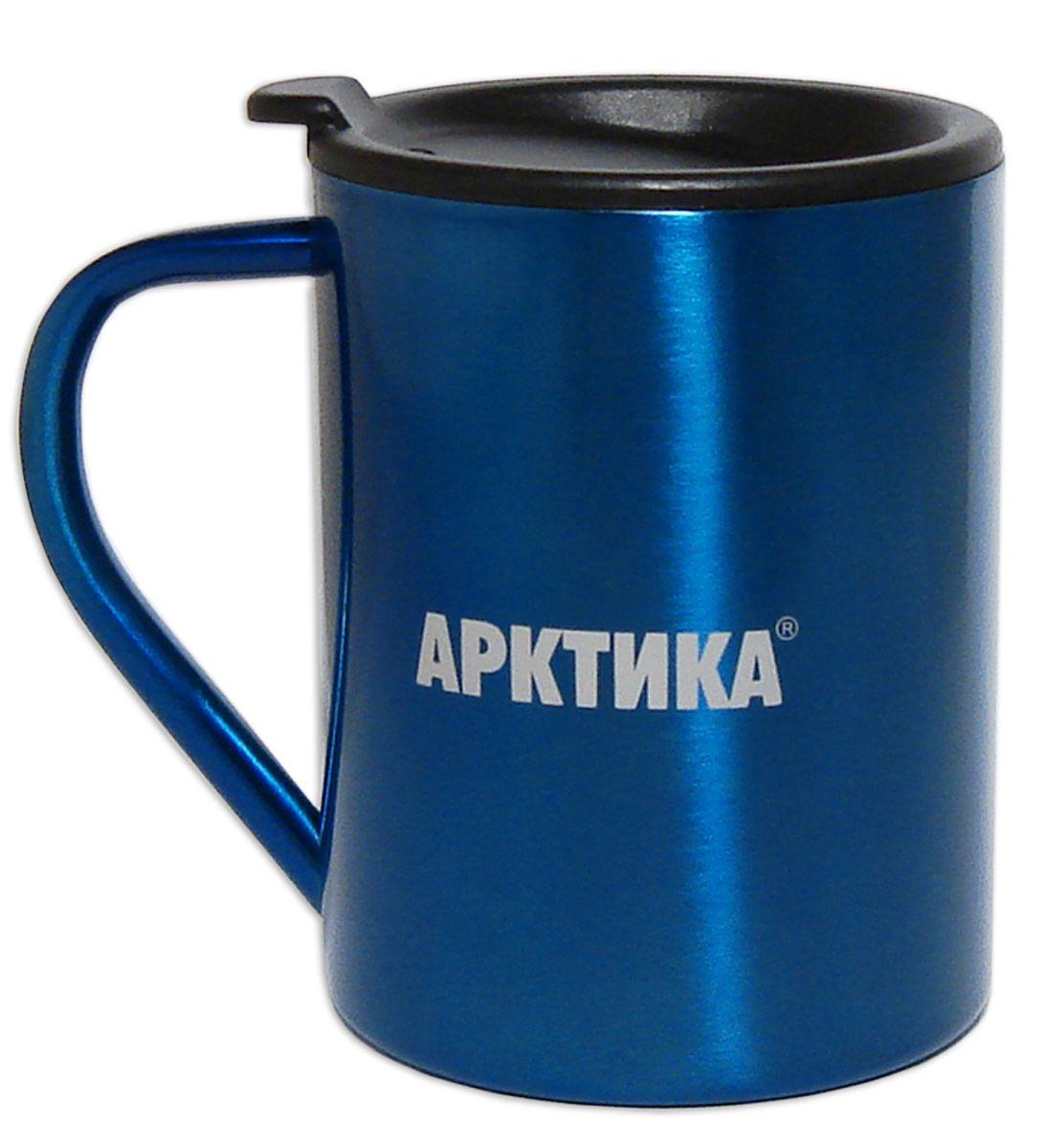 Термокружка Арктика, цвет: синий, черный, 300 мл802-300_синий, черныйТермокружка Арктика одинаково хороша и при использовании дома, если вы любите растягивать удовольствие от напитка и вам не нравится, что он так быстро остывает, и на даче, где такая посуда особенно впору в силу своей прочности, долговечности и практичности. Изделием приятно пользоваться, ведь оно не обжигает руки, его легко мыть. Термокружка выполнена из прочной нержавеющей стали, благодаря чему ее можно не бояться уронить. Имеется пластиковая крышка с силиконовой вставкой. В ней расположено отверстие, через которое можно пить. Диаметр кружки (по верхнему краю): 7,8 см. Высота кружки (без учета крышки): 9 см.