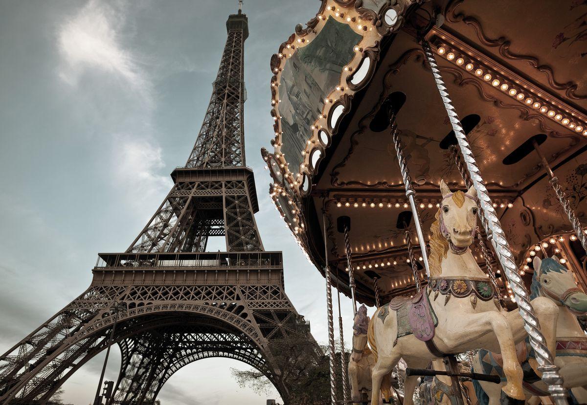 Фотообои Komar Парижская карусель, 1,84 х 1,27 м1-602Бумажные фотообои известного бренда Komar позволят создать неповторимый облик помещения, в котором они размещены. Фотообои наносятся на стены тем же способом, что и обычные обои. Благодаря превосходной печати и высококачественной основе такие обои будут радовать вас долгое время. Фотообои снова вошли в нашу жизнь, став модным направлением декорирования интерьера. Выбрав правильную фактуру и сюжет изображения можно добиться невероятного эффекта живого присутствия. Ширина рулона: 1,84 м. Высота полотна: 1,27 м. Клей в комплекте.