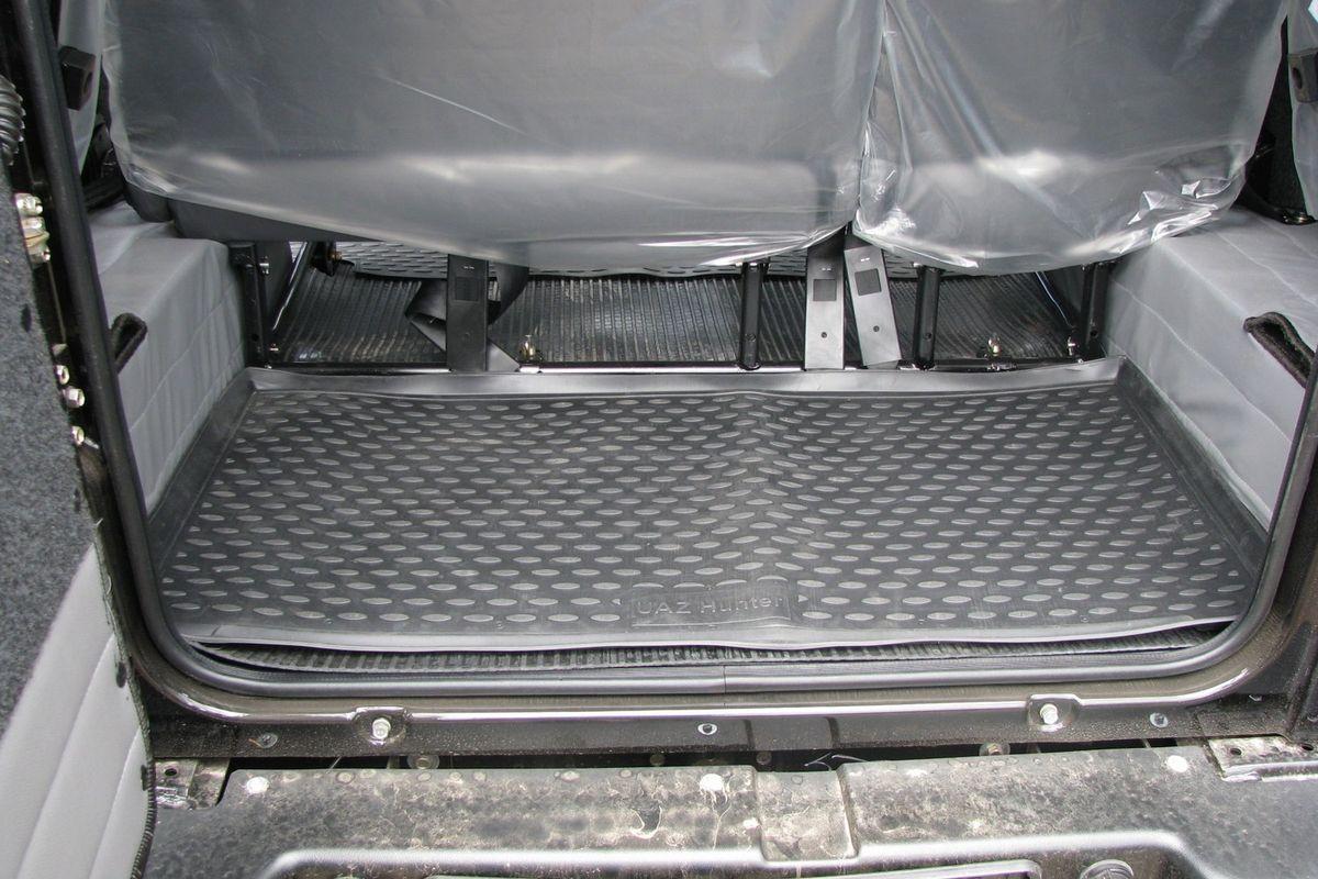 Коврик автомобильный Novline-Autofamily для УАЗ Hunter внедорожник 2003-, в багажник. NLC.54.06.B13NLC.54.06.B13Автомобильный коврик Novline-Autofamily, изготовленный из полиуретана, позволит вам без особых усилий содержать в чистоте багажный отсек вашего авто и при этом перевозить в нем абсолютно любые грузы. Этот модельный коврик идеально подойдет по размерам багажнику вашего автомобиля. Такой автомобильный коврик гарантированно защитит багажник от грязи, мусора и пыли, которые постоянно скапливаются в этом отсеке. А кроме того, поддон не пропускает влагу. Все это надолго убережет важную часть кузова от износа. Коврик в багажнике сильно упростит для вас уборку. Согласитесь, гораздо проще достать и почистить один коврик, нежели весь багажный отсек. Тем более, что поддон достаточно просто вынимается и вставляется обратно. Мыть коврик для багажника из полиуретана можно любыми чистящими средствами или просто водой. При этом много времени у вас уборка не отнимет, ведь полиуретан устойчив к загрязнениям. Если вам приходится перевозить в багажнике тяжелые грузы,...