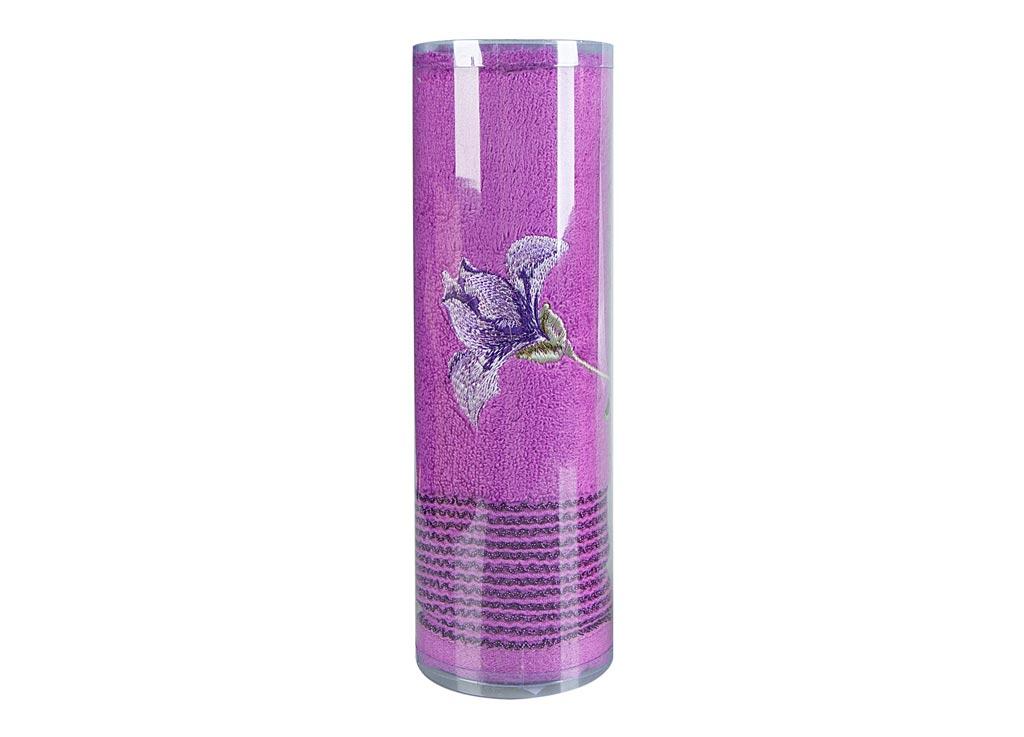 Полотенце махровое Soavita Df. Alice, цвет: лиловый, 50 х 90 см82680Махровое полотно создается из хлопковых нитей, которые, в свою очередь, прядутся из множества хлопковых волокон. Чем длиннее эти волокна, тем прочнее будет нить, и, соответственно, изделие. Длина составляющих хлопковую нить волокон влияет и на фактуру получаемой ткани: чем они длиннее, тем мягче и пушистее получится махровое изделие, тем лучше будет впитывать изделие воду. Хотя на впитывающие качество махры – ее гигроскопичность, не в последнюю очередь влияет состав волокна. Мягкая махровая ткань отлично впитывает влагу и быстро сохнет. Soavita – это популярный бренд домашнего текстиля. Дизайнерская студия этой фирмы находится во Флоренции, Италия. Производство перенесено в Китай, чтобы сделать продукцию более доступной для покупателей. Таким образом, вы имеете возможность покупать продукцию европейского качества совсем не дорого. Домашний текстиль прослужит вам долго: все детали качественно прошиты, ткани очень плотные, рисунок наносится безопасными для здоровья красителями, не...