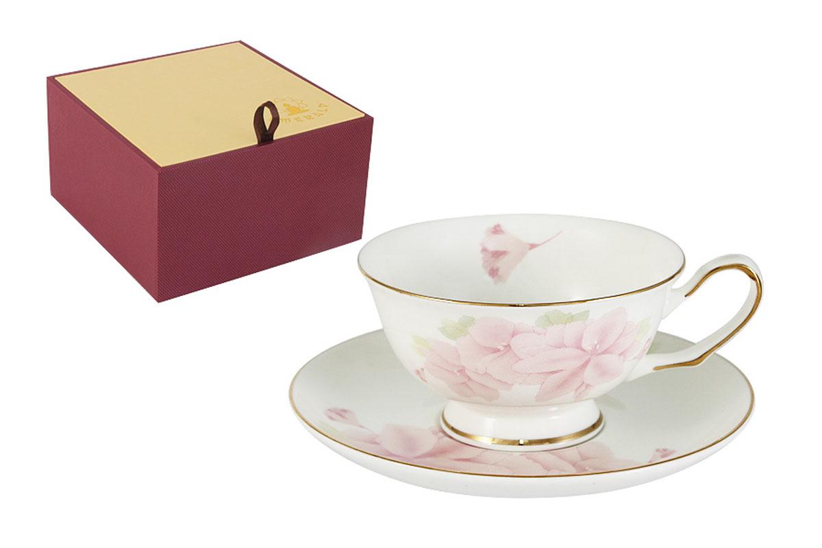 Чайная пара Emerald Розовые цветыVT-1520(SR)Чайная пара Emerald Розовые цветы состоит из чашки и блюдца, выполненных из высококачественного костяного фарфора. Изделия легкие, белоснежные и прочные. Нанесение сверкающей глазури, не содержащей свинца, придает посуде превосходный блеск и особую прочность. Внешние стенки декорированы изысканным цветочным рисунком и дополнены золотистой эмалью. Такой набор станет отличным приобретением для кухни. Изящный дизайн сделает его оригинальным дополнением сервировки стола к чаепитию. Можно использовать в СВЧ. Не использовать в посудомоечной машине. Благодаря высокому качеству исполнения, разнообразным декорам и оптимальному соотношению цена - качество, посуда Emerald завоевала огромную популярность у покупателей и пользуется неизменно высоким спросом.