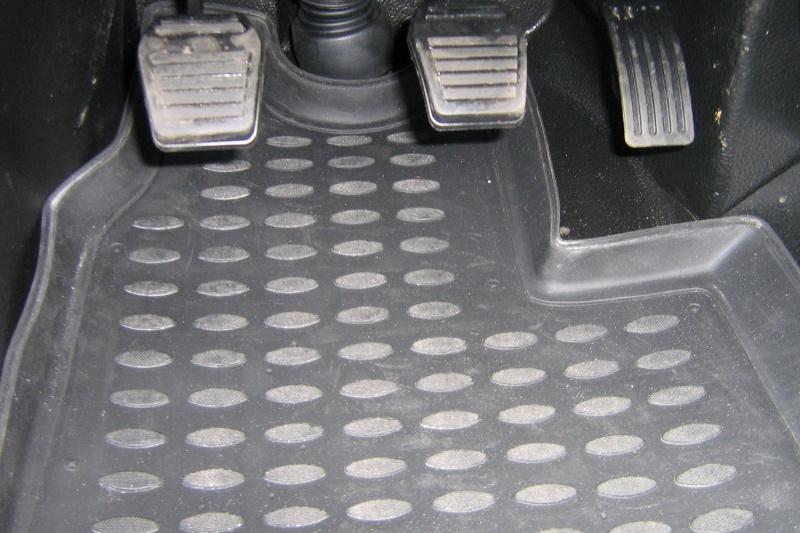 Коврики в салон FORD Transit, 2 части, МКПП 2006-2014, (полиуретан)s000.13Коврики в салон не только улучшат внешний вид салона вашего автомобиля, но и надежно уберегут его от пыли, грязи и сырости, а значит, защитят кузов от коррозии. Полиуретановые коврики для автомобиля гладкие, приятные и не пропускают влагу. Автомобильные коврики в салон учитывают все особенности каждой модели и полностью повторяют контуры пола. Благодаря этому их не нужно будет подгибать или обрезать. И самое главное — они не будут мешать педалям. Полиуретановые автомобильные коврики для салона произведены из высококачественного материала, который держит форму и не пачкает обувь. К тому же, этот материал очень прочный (его, к примеру, не получится проткнуть каблуком). Некоторые автоковрики становятся источником неприятного запаха в автомобиле. С полиуретановыми ковриками Novline вы можете этого не бояться. Ковры для автомобилей надежно крепятся на полу и не скользят, что очень важно во время движения, особенно для водителя. Автоковры из полиуретана надежно удерживают грязь и влагу, при...