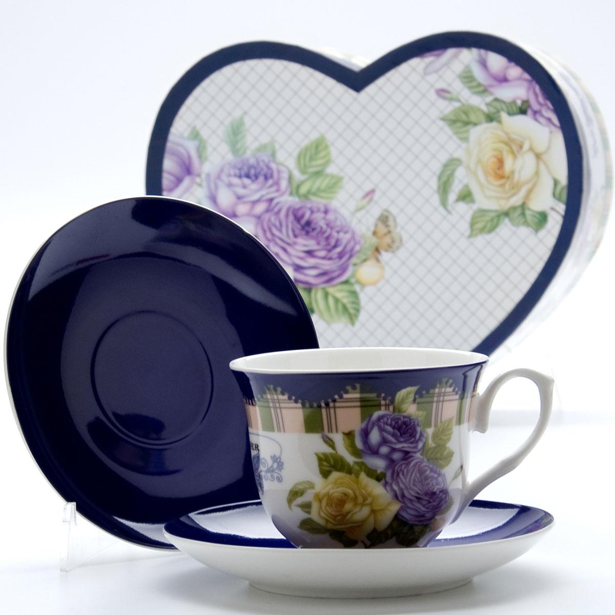 Чайная пара Mayer & Boch Розы, 4 предмета22990Этот чайный набор, выполненный из высококачественного костяного фарфора, состоит из двух чашек и двух блюдец. Предметы набора оформлены ярким изображением цветов. Изящный дизайн и красочность оформления придутся по вкусу и ценителям классики, и тем, кто предпочитает утонченность и изысканность. Чайный набор - идеальный и необходимый подарок для вашего дома и для ваших друзей в праздники, юбилеи и торжества! Он также станет отличным корпоративным подарком и украшением любой кухни. Чайный набор упакован в подарочную коробку в форме сердца из плотного цветного картона. Внутренняя часть коробки задрапирована белым атласом.