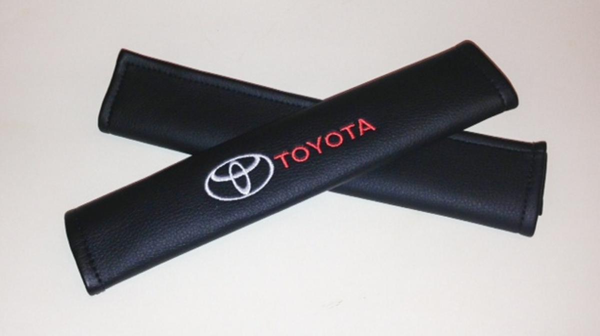 Накладки на ремень безопасности Auto Premium TOYOTA, 2 шт67013Накладка на ремень безопасности легко закрепляется на ремне и решает ряд назойливых проблем: Ремень больше не натрет плечо, благодаря тому,что накладка сделана из мягкой экокожи и не мешает движению ремня. Накладка на ремень позволит защитить Вашу одежду от следов ремня безопасности. В жаркую погоду в местах соприкосновения с ремнем кожа не будет потеть, так как накладка выполнена из дышащего материала.