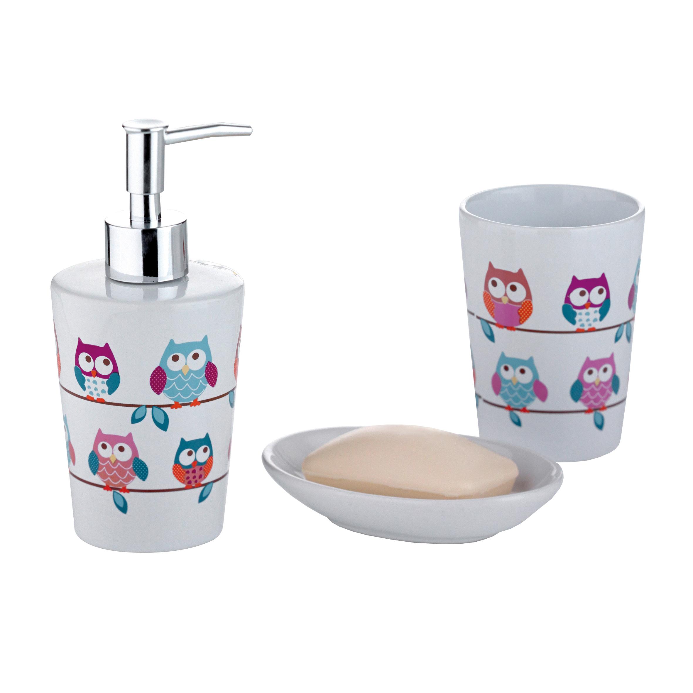 Набор для ванной комнаты Axentia Совы, 3 предмета282469Набор для ванной комнаты Axentia Совы, выполнен из натуральной и элегантной керамики, состоит из стакана для зубных щеток, дозатора для жидкого мыла и мыльницы. Изделия декорированы яркими рисунками с изображением совы. Аксессуары, входящие в набор Axentia Совы, выполняют не только практическую, но и декоративную функцию. Они способны внести в помещение изысканность, сделать пребывание в нем приятным и даже незабываемым.