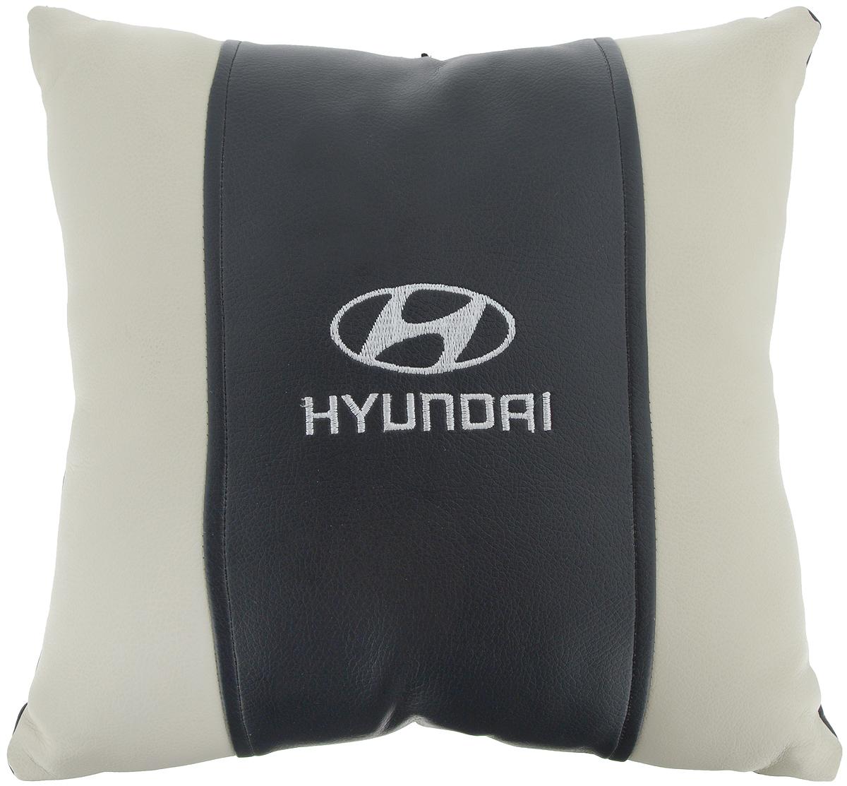 Подушка на сиденье Autoparts Hyundai, 30 х 30 смМ048Подушка на сиденье Autoparts Hyundai создана для тех, кто весь свой день вынужден проводить за рулем. Чехол выполнен из высококачественной дышащей экокожи. Наполнителем служит холлофайбер. На задней части подушки имеется змейка. Особенности подушки: - Хорошо проветривается. - Предупреждает потение. - Поддерживает комфортную температуру. - Обминается по форме тела. - Улучшает кровообращение. - Исключает затечные явления. - Предупреждает развитие заболеваний, связанных с сидячим образом жизни. Подушка также будет полезна и дома - при работе за компьютером, школьникам - при выполнении домашних работ, да и в любимом кресле перед телевизором.