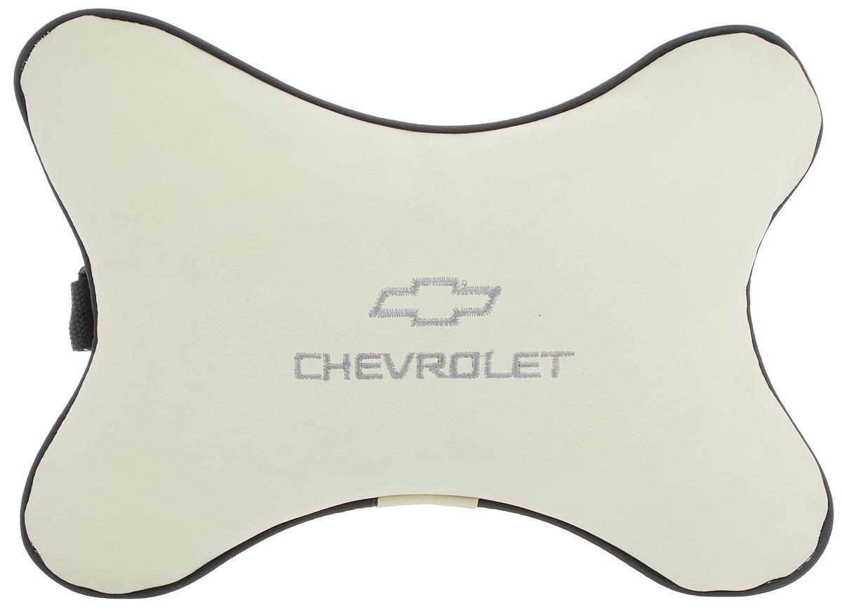Подушка автомобильная Autoparts Chevrolet, на подголовник, цвет: бежевый, серый, 30 х 20 смVT-1520(SR)Автомобильная подушка Autoparts Chevrolet, выполненная из эко-кожи с мягким наполнителем из холлофайбера, снимает усталость с шейных мышц, обеспечивает правильное положение головы и амортизирует нагрузки на шейные позвонки при резком маневрировании. Ее можно зафиксировать на подголовнике с помощью регулируемого по длине ремня. На изделии имеется молния, с помощью которой вы с легкостью сможете поменять наполнитель. Если ваши пассажиры захотят вздремнуть, то подушка под голову окажется очень кстати и поможет расслабиться.