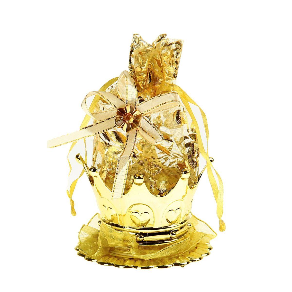 Бонбоньерка Sima-land Корона, цвет: золото, 7 x 7 x 14 см1023255Очень красивая традиция современной свадьбы, пришедшая к нам с Запада, — дарить гостям бонбоньерки с угощениями в знак благодарности тому, кто пришёл на свадьбу. Бонбоньерка Корона, цвет золото — аксессуар, который поможет со вкусом оформить праздничные столы, а гостей оставит в полном восторге. В эту шикарную корзиночку в форме короны вы можете спрятать сладкий подарок. Как правило, приглашённых угощают миндалём, конфетами или марципанами, но фантазировать можно сколько угодно! Делайте приятные сюрпризы для дорогих сердцу людей!