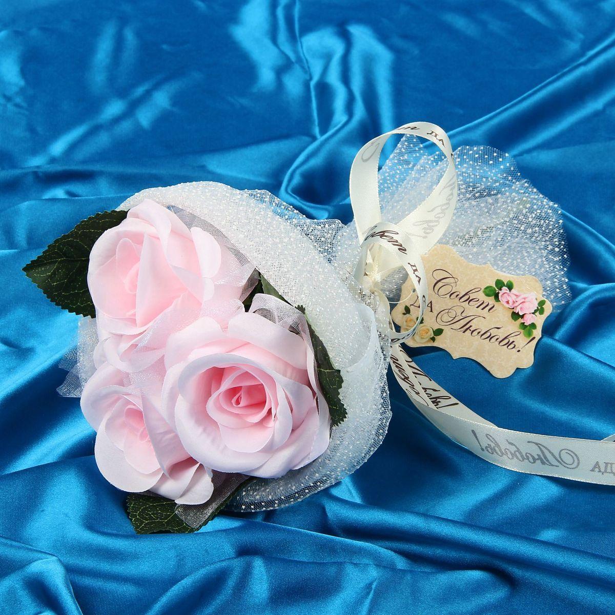 Букет-дублер Sima-land Воздушность, цвет: розовый1212633Свадьба — одно из главных событий в жизни человека. В такой день всё должно быть безупречно, особенно букет невесты. Но кидать, по старой традиции, цветочную композицию подругам не всегда удобно, и на помощь приходит букет-дублер Воздушность розы — красивый и яркий аксессуар. Стебли оформлены лентой с надписью Совет да любовь. Букет дополнен шильдом с тёплым пожеланием. После торжества он украсит любой интерьер, ведь нежные цветы из текстиля не завянут и не помнутся.