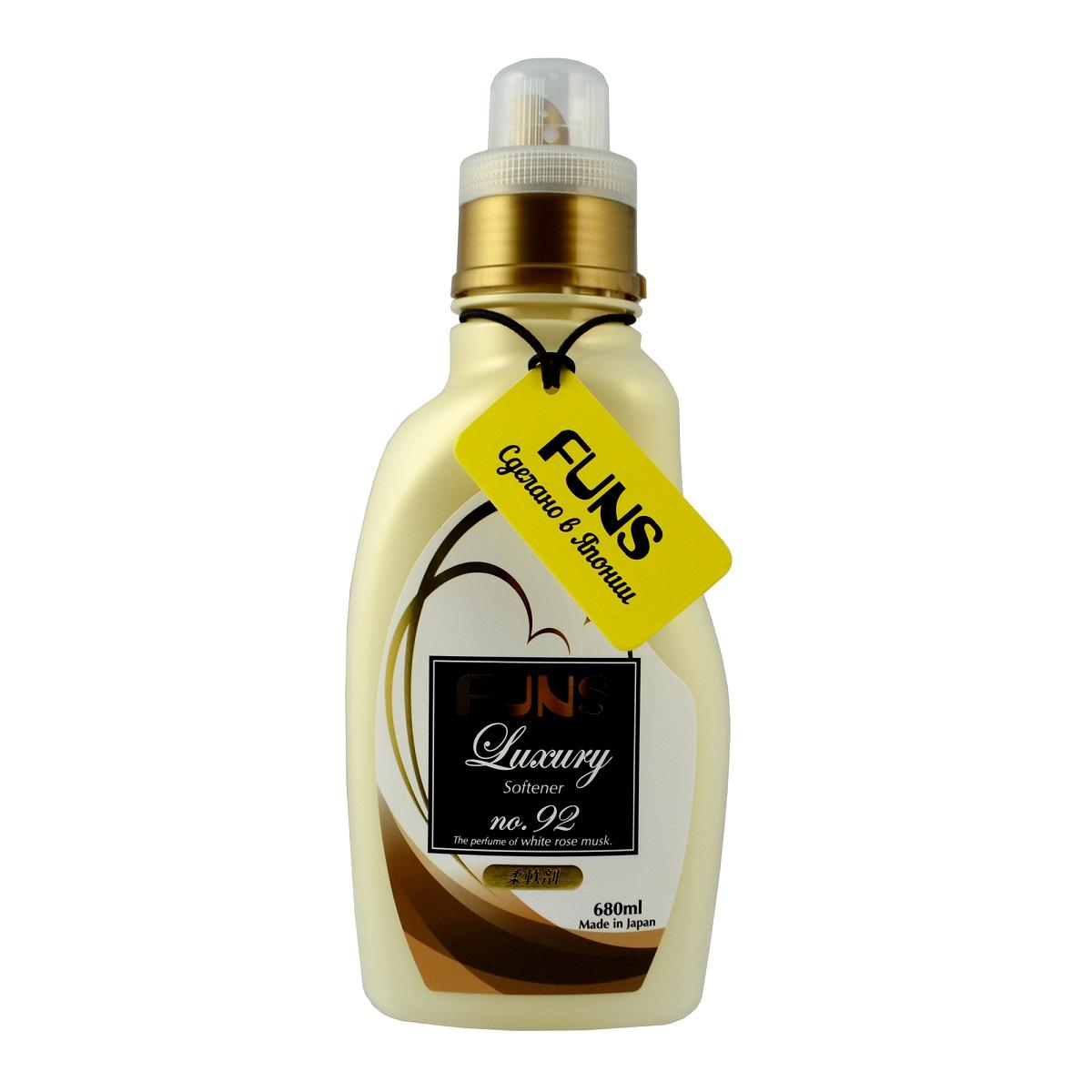 FUNS Кондиционер парфюмированный для белья с ароматом белой мускусной розы 680 мл10049Концентрированный кондиционер для белья Funs Luxury Softener придаст вашим вещам мягкость и сделает их приятными наощупь. Подходит для хлопчатобумажных, шерстяных, льняных и синтетических тканей, а также любых деликатных тканей (шелка и шерсти). Кондиционер предотвращает появление статического электричества, а также облегчает глажку белья. Обладает приятным ароматом, который сохраняется на долгое время, даже после сушки белья. Благодаря противомикробному и дезодорирующему действию кондиционер устраняет бактерии, способствующие появлению неприятного запаха. Кондиционер безопасен при контакте с кожей человека, не сушит и не раздражает кожу рук во время стирки. Подходит как для ручной, так и машинной стирки. Состав: ПАВ (эфир типа диалкил аммония). Товар сертифицирован.