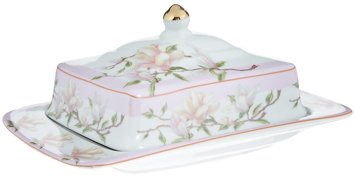 Масленка Loraine. 2108821088Великолепная масленка Loraine, выполненная из высококачественной керамики с красивым цветочным рисунком, предназначена для красивой сервировки и хранения масла. Она состоит из подноса и крышки. Масло в ней долго остается свежим, а при хранении в холодильнике не впитывает посторонние запахи. Масленка Loraine идеально подойдет для сервировки стола и станет отличным подарком к любому празднику. Размер подноса: 20 х 13 х 2,5 см. Размер крышки: 14 х 11,5 х 6 см.