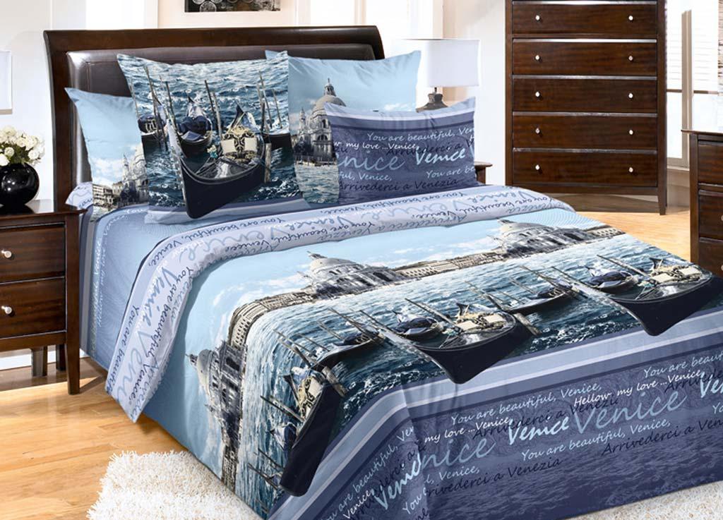 Комплект белья Primavera Венеция, 2-спальный, наволочки 70x70, цвет: синий80809Наволочки с декоративным кантом особенно подойдут, если вы предпочитаете класть подушки поверх покрывала. Кайма шириной 5-10см с трех или четырех сторон делает подушки визуально более объемными, смотрятся они очень аккуратно, даже парадно. Еще такие наволочки называют оксфордскими или наволочками «с ушками». Сатин – прочная и плотная ткань с диагональным переплетением нитей. Хлопковый сатин по мягкости и гладкости уступает атласу, зато не будет соскальзывать с кровати. Сатиновое постельное белье легко переносит стирку в горячей воде, не выцветает. Прослужит комплект из обычного сатина меньше, чем из сатина повышенной плотности, но дольше белья из любой другой хлопковой ткани. Сатин приятен на ощупь, под ним комфортно спать летом и зимой. Производство «Примавера» находится в Китае, что позволяет сократить расходы на доставку хлопка. Поэтому цены на это постельное белье более чем скромные и это не сказывается на качестве. Сатин очень гладкий, мягкий, но при этом, невероятно прочный....