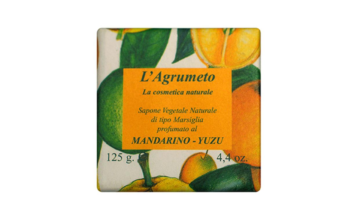 Iteritalia Мыло высококачественное натуральное растительное с ароматом МАНДАРИН-ЮДЗУ, 125 г721Высококачественное натуральное растительное мыло марсельского типа с ароматом мандарина и юдзу.Обогащено эфирными маслами мандарина, бережно очищает и восстанавливает кожу. В ароматерапии свежий аромат грейпфрута обладает расслабляющим и наполняющим энергией действием. Коллекция ПЛАНТАЦИЯ ЦИТРУСОВЫХ