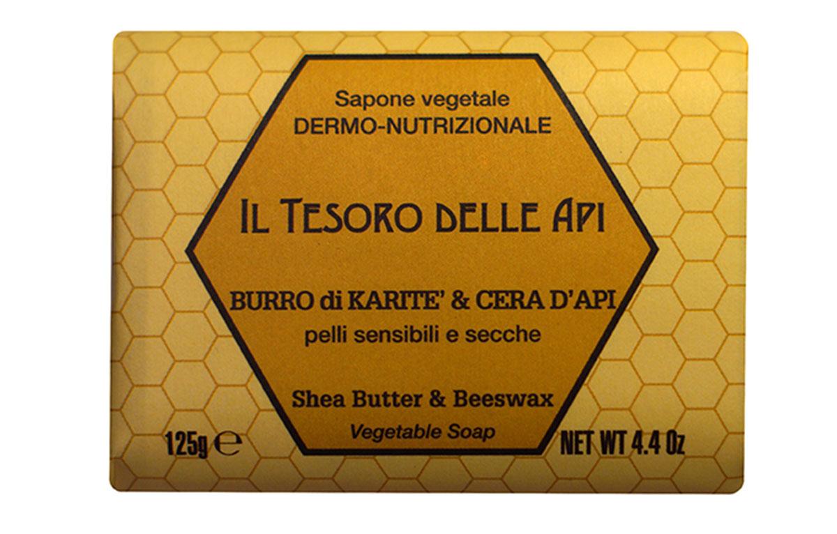 Iteritalia Мыло высококачественное натуральное растительное с питательным для кожи эффектом. МАСЛО КАРИТЭ И ПЧЕЛИНЫЙ ВОСК для чувствительной и сухой кожи, 125 г762Высококачественное натуральное растительное мыло, содержащее масло каритэ и пчелиный воск, известные своими питательными, увлажняющими и снимающими раздражение свойствами. Деликатно очищает, придавая коже приятное ощущение мягкости и бархатистости. Подходит для всех типов кожи, в том числе для чувствительной и сухой кожи.