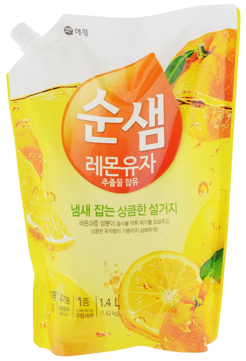 Средство для мытья посуды Soonsaem Lemon & Yuzu, 1,4 л979143Средство для мытья посуды Soonsaem Lemon & Yuzu имеет следующие особенности: - содержит натуральные природные очищающие компоненты; - благодаря применению системы экоферментного очищения, средство тщательно удаляет жир, а также крахмальные загрязнения; - благодаря содержанию природных витаминов, лимонной кислоты и компонента лимона, средство избавляет от запаха, а также увлажняет кожу рук после мытья посуды; - благодаря специальной системе (отсутствие красящего вещества, отсутствие фосфорной кислоты, отсутствие компонента парабена), средство безопасно для человека и окружающей среды; - подходит для мытья фруктов и овощей. Товар сертифицирован.