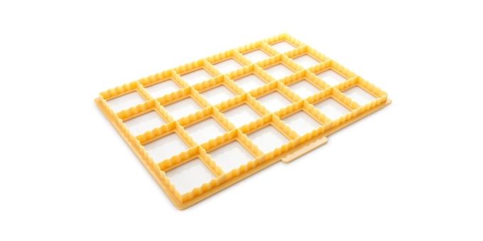Формочка для подушечек Tescoma Delicia630896Отлично подходит для быстрого и легкого приготовления соленых и сладких подушечек или конвертов, одновременно можно вырезать 24 штуки. Подходит для слоеного и песочного теста. Сделано из высококачественного прочного пластика, можно мыть в посудомоечной машине. Рецепты внутри упаковки.