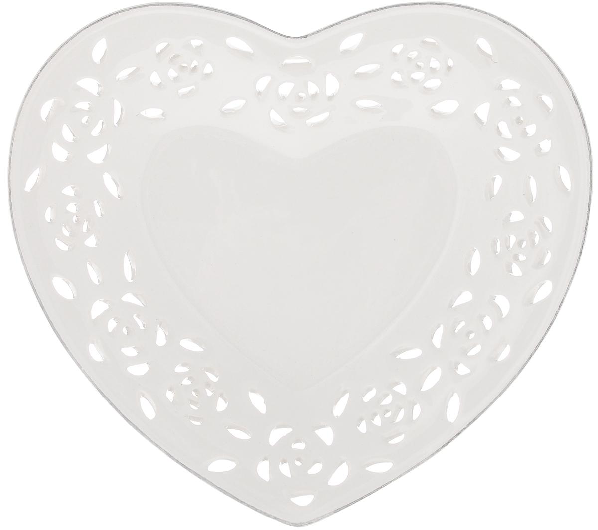 Блюдо Loraine Сердце, 18,5 х 16,5 х 3 см23820Блюдо Loraine Сердце изготовлено из высококачественной доломитовой керамики в форме сердца и украшено оригинальным ажурным узором. Стильная форма и интересное исполнение позволят блюду идеально вписаться в любой интерьер, а универсальный белый цвет подойдет к любой мебели. Такое блюдо привнесет новизну в вашу кухню и порадует глаз.