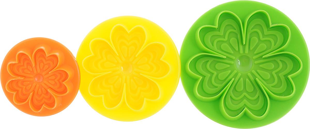 Формочки с поршнем Mayer & Boch, 3 шт24015-1Формочки с поршнем Mayer & Boch, изготовленные из высококачественного пластика, отлично подходят для легкого вырезания украшений из марципана, мастики или помадки. В наборе 3 формочки в виде цветков разного размера. Размер формочек: 8 х 8 х 4 см; 6,5 х 6,5 х 4 см; 5 х 5 х 2,5 см.