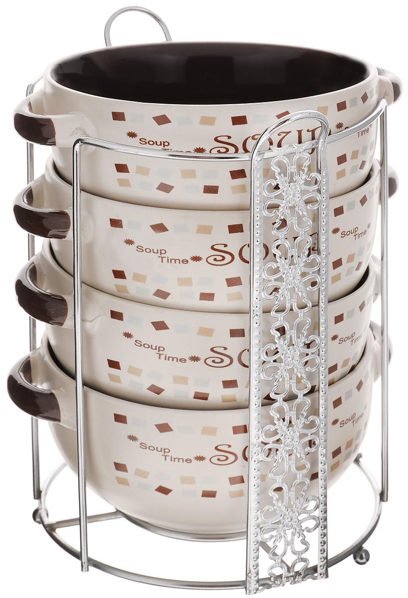 Набор супниц Loraine, 5 предметов. 2312523125Набор Loraine состоит из 4 супниц, выполненных из высококачественной керамики. Набор прекрасно подходит для подачи супов, бульонов и других блюд. Элегантный дизайн супниц отлично впишется в интерьер любой кухни. Супницы компактно размещаются на подставке из металла с резными вставками по бокам. Набор также может стать прекрасным подарком. Можно использовать в микроволновой печи, в холодильнике, а также мыть в посудомоечной машине. Объем супницы: 540 мл. Диаметр супницы (по верхнему краю): 13 см. Диаметр дна супницы: 7 см. Высота супницы: 6,5 см. Размер подставки: 16,5 х 14,5 х 20 см.