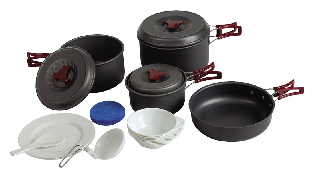 Набор посуды Tramp на 4-5 персон. TRC-026TRC-026Набор посуды из анодированного алюминия на 4-5 персоны Tramp Приобретая набор, Вы всегда найдете то, что может Вам понадобится во время отдыха на природе или в путешествии. Все предметы наборов очень легкие и компактно складываются друг в друга. Губка для мытья в комплекте позволит Вам без труда содержать всю посуду в чистоте. Наборы удобно упаковываются в мешочек из синтетической ткани. Комплект: котелок 2,8 л с крышкой и складными ручками котелок 1,8 л с крышкой и складными ручками котелок 1 л с крышкой и складными ручками сковорода 0185 мм со складными ручками ложка суповая, поварешка тарелки плоские пластмассовые 2 шт тарелки глубокие пластмассовые 5 шт губка для мытья посуды Алюминий анодированный, пластмасса, полиэстер