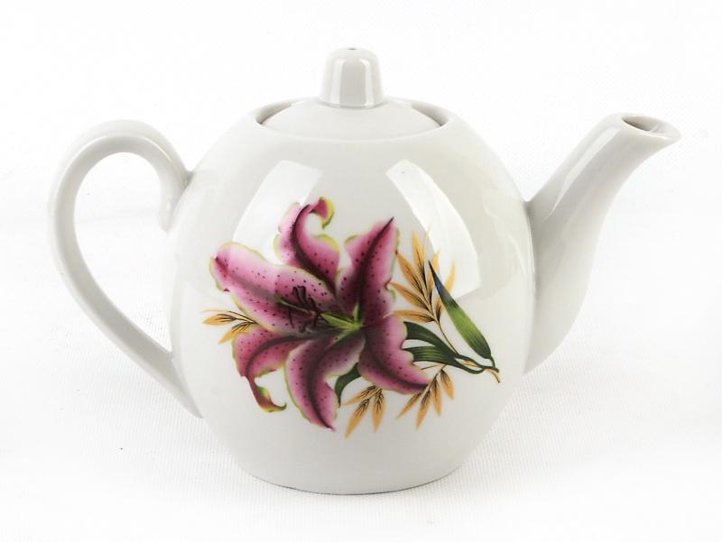 Чайник заварочный Фарфор Вербилок Розовая лилия. 16419901641990Для того чтобы насладиться чайной церемонией, требуется не только знание ритуала и чай высшего сорта. Необходим прекрасный заварочный чайник, который может быть как центральной фигурой фарфорового сервиза, так и самостоятельным, отдельным предметом. От его формы и качества фарфора зависит аромат и вкус приготовленного напитка. Именно такие предметы формируют в доме атмосферу истинного уюта, тепла и гармонии. Можно ли сравнить пакетик с чаем или растворимый кофе с заварными вариантами этих напитков, которые нужно готовить самим? Каждый их почитатель ответит, что если применить кофейник или заварочный чайник, то можно ощутить более богатый, ароматный вкус этих замечательных напитков.