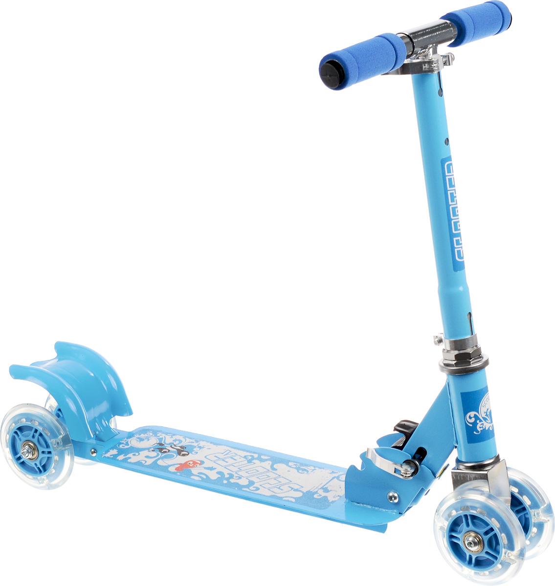 Самокат четырехколесный Charming Sports, цвет: голубой, белый. CMS010CRL-1Яркий детский самокат Charming Sports станет отличным подарком ребенку! Он оснащен простой в использовании системой торможения с помощью заднего колеса (достаточно наступить на педаль тормоза, расположенную над задним колесом). Дека имеет покрытие, предотвращающее скольжение. Колеса оснащены светодиодами, загорающимися при езде. Руль имеет 2 положения.Благодаря прочным материалам самокат прослужит ребенку несколько лет, а его компактный размер позволит брать его с собой куда угодно. Самокат быстро и легко складывается и не требует особых мест для хранения.