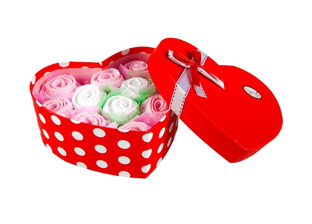 Набор салфеток Soavita Сердце, цвет: розовый, белый, 20 х 20 см, 11 шт87516Набор Soavita Сердце, выполненный из высококачественного 100% хлопка, состоит из 11 квадратных салфеток. Изделия гипоаллергены, отлично впитывают влагу, быстро сохнут, сохраняют яркость цвета и не теряют форму даже после многократных стирок. В сухом виде подходят для деликатных поверхностей: стекол, зеркал, оптики, мониторов, мебели, бытовой техники и многого другого. Во влажном виде незаменимы на кухне, в ванной, в уходе за автомобилем. Такие салфетки очень практичны и неприхотливы в уходе. Набор упакован в яркую подарочную коробку в виде сердца, декорированную бантом. Набор Soavita станет отличным помощником и украсит интерьер вашей кухни. Перед использованием постирать при температуре не выше +40°С.