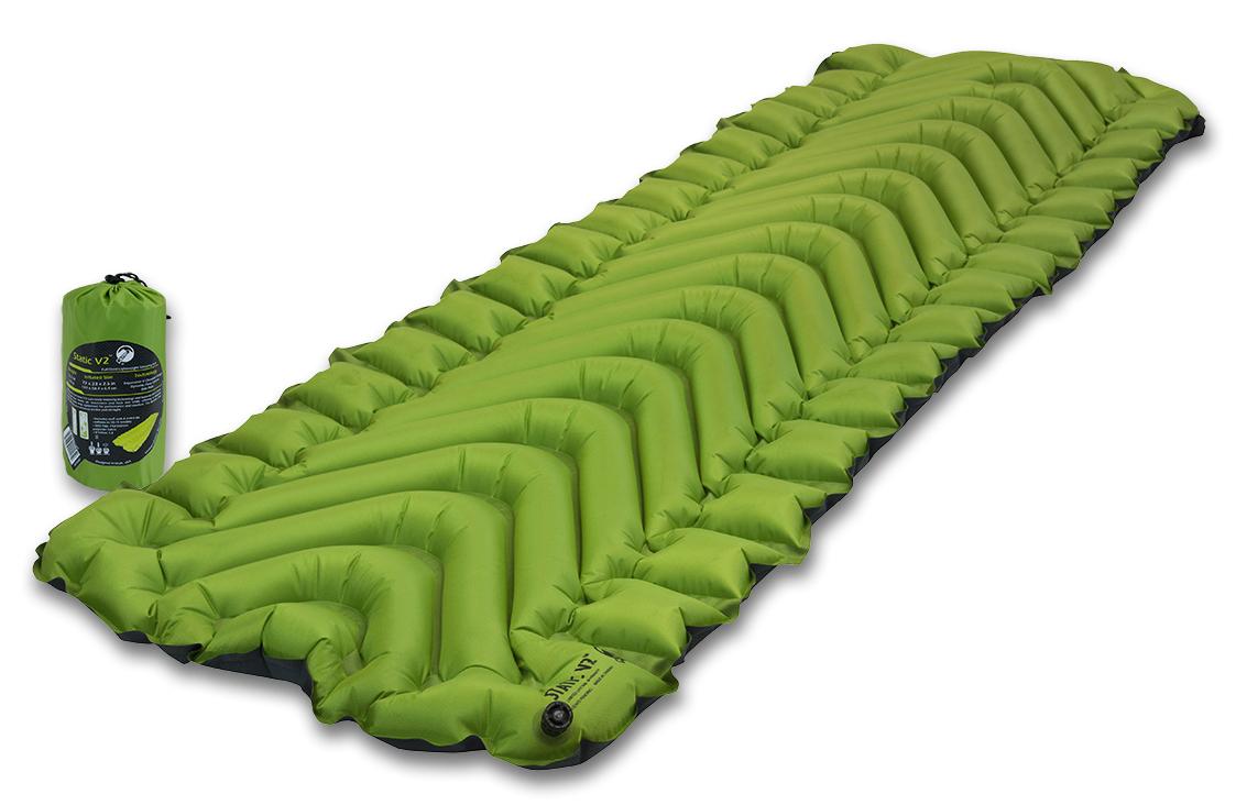 Надувной коврик Klymit Static V2 pad Green, цвет: зеленый06S2Gr02CЛидер среди легких туристических ковриков на рынке, для снижения веса которого использован полиэстер 30D (54 г/м2 - материал из rip stop полиэстера). Инновационный дизайн, непревзойденный комфорт, минимальный размер и вес, простота использования. Идеален для любого путешествия (для использования на земле, в палатке). Технология body mapping (V- анатомическая поддержка за счет учета ключевых точек давления тела на коврик). Динамические боковые направляющие. - Материал – полиэстер 75D –низ, полиэстер 30D – верх. - Надувается за 10-15 выдохов - Коэффициент теплоизоляции – 1.3 (до +2°С); 3 сезона - Размер - 83 см x 59 см (толщина - 6.5 см) ; в сложенном виде - 7.62 см x 20.3 см (как бутылка воды) - Вес – 463 гр. - В комплекте – коврик, набор для ремонта (патч и клей), чехол - Цвет - Зеленый
