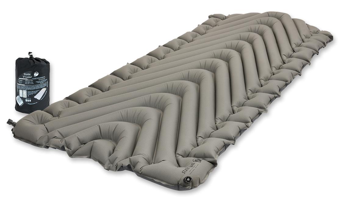 Надувной коврик Klymit Static V Luxe pad Grey, цвет: серый24492Компактный и легкий туристический коврик увеличенного размера для полных людей. Плюшевая поверхность создает ощущение отдыха на домашней кровати. 2 клапана (при надувании 1 клапан закрыт; при сдувании лучше открыть 2 клапана ) Технология body mapping (V- анатомическая поддержка за счет учета ключевых точек давления тела на коврик). Динамические боковые направляющие. Материал: полиэстер 75D.Надувается за 20-30 выдохов.Коэффициент теплоизоляции – 1.3 ; до + 2 °С; 3 сезона Размер в сложенном виде: 11,4 см x 20,3 см. В комплекте: коврик, 2 клапана, набор для ремонта (патч и клей), чехол.