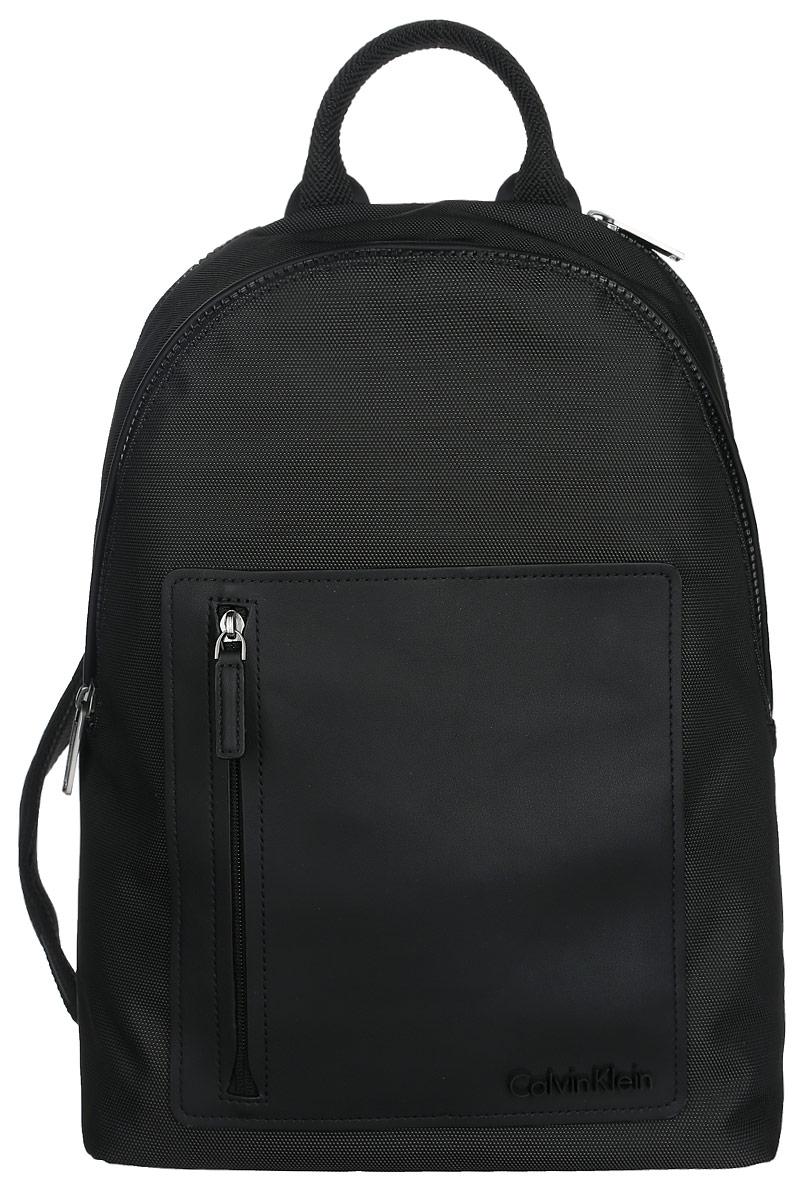 Рюкзак мужской Calvin Klein Jeans, цвет: черный. K50K501625_0010RivaCase 8460 blackПрактичный рюкзак Calvin Klein выполнен из полиуретана, оформлен символикой бренда.Изделие содержит два отделения, каждое из которых закрывается на застежку-молнию. Внутри основного отделения размещены два мягких кармана для планшета и ноутбука, которые застегиваются хлястиком на липучку. Внутри второго отделения размещены два накладных кармана на липучках, врезной карман на молнии и органайзер, включающий пять накладных карманов, и кольцо для ключей с фиксатором. Лицевая сторона рюкзака дополнена накладными карманом на застежке-молнии. Рюкзак оснащен широкими лямками регулируемой длины и петлей для подвешивания. В комплекте с изделием поставляется чехол для хранения.Стильный рюкзак идеально подчеркнет ваш неповторимый стиль.