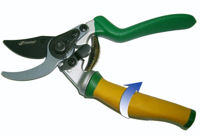 Секатор Skrab, с плавающей ручкой. 28033531-401Секатор с вращающейся на 90° рукояткой и плавающим режущим лезвием предназначен для всех приемов подрезки живых растущих ветвей и формирования лозы, кроны фруктовых деревьев и кустов.Из-за особого расположения ножа не деформирует древесину, оставляя ровный срез.Секатор с параллельными лезвиями делает поверхность реза чистой и плоской.Рукоятки удобной формы выполнены из углеродного композитного материала, что позволяет работать в холодное время года.Плавающая (вращающаяся) рукоятка повторяет при работе движение пальцев.Поворотный механизм позволяет предохранять ладонь и пальцы от образования мозолей.Материал режущих лезвий выполнен из высокопрочной марки стали SK5, не поддающейся коррозии и в течение длительного времени не требующей заточки при правильной эксплуатации.