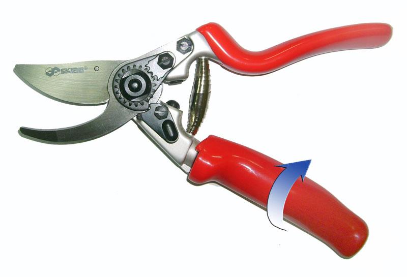 Секатор Skrab, с плавающей ручкой. 2803428034Секатор 200 мм с вращающейся на 90° рукояткой и плавающим режущим лезвием. Предназначен для всех приемов подрезки живых растущих ветвей и формирования лозы, кроны фруктовых деревьев и кустов. Из-за особого расположения ножа не деформирует древесину, оставляя ровный срез. Секатор с параллельными лезвиями делает поверхность реза чистой и плоской. Рукоятки удобной формы выполнены из углеродного композитного материала, что позволяет работать в холодное время года. Плавающая (вращающаяся) рукоятка повторяет при работе движение пальцев.Поворотный механизм позволяет предохранять ладонь и пальцы от образования мозолей. Материал режущих лезвий выполнен из высокопрочной марки стали SK5, не поддающейся коррозии и в течение длительного времени не требующей заточки при правильной эксплуатации
