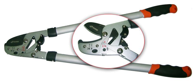 Сучкорез Skrab, 650мм. 2804228042650 мм, силовой, двухрычажный, с трещеточным механизмом. Предназначен для обрезки сучьев диаметром до 38 мм, обеспечивает легкий срез удаленных веток. Закаленные лезвия изготовлены из высокоуглеродистой стали SK5, имеют продолжительный срок службы и защиту от коррозии, легко очищаются. Покрытая медью регулируемая упорная пластина и храповый механизм обеспечивают легкость реза. Прочные ручки снабжены эргономичными мягкими рукоятками. Сделано в Тайване.