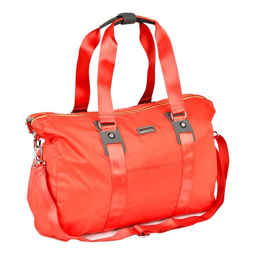 Сумка спортивная Polar, 30,5 л, цвет: красный. П1215-17П1215-17Спортивная сумка Polar из нейлона. Сумка универсальная для спорта. Одно большое отделение -внутри два открытых кармана для телефона и ключей также мелких принадлежностей. Кармана спереди сумки. В комплект входит съемный плечевой ремень. Высота ручек 25 см