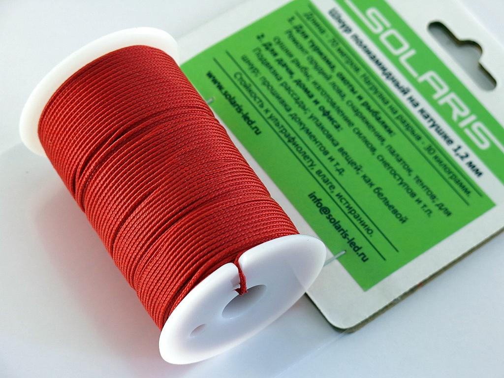 Шнур полиамидный Solaris на катушке, 1,2 мм х 70 м, цвет: красныйS6301rПрочный многоцелевой плетеный шнур из полиамида, выдерживает нагрузку на разрыв 30 кг. Для удобства использования шнур намотан на катушку, на торце катушки есть прорезь для фиксации свободного конца шнура. Диаметр шнура 1,2 мм, длина 70 метров. Свойства и конструкция полиамидного шнура: Стойкость к солнечному излучению (ультрафиолет), влаге, истиранию, воздействию насекомых. Не подвержен гниению и плесени. Диапазон рабочих температур от -60 до +120 °С. Шнур диаметром 1,2 мм состоит из восьми плотно сплетенных прядей. Благодаря такой надежной конструкции шнур не расплетается при повреждении одной или даже нескольких прядей. Сферы применения полиамидного шнура: - Туризм, рыбалка, охота: Ремонт орудий лова, палаток, тентов, туристического снаряжения. Применяется для оснастки лодок, развешивания рыбы для сушки. Изготовление силков, снегоступов и т.п. - Дачное и домашнее хозяйство, для офиса: Подвязывание рассады, разметка...